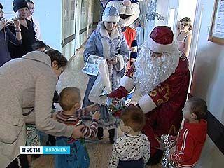 Сотрудники ГИБДД поздравили детей в Областной больнице