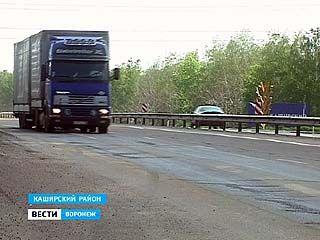 Сотрудники ГИБДД задержали грузовой фургон, из которого вытекал химикат