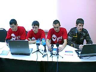 Сотрудники ГУВД задержали троих человек, по подозрению в порче баннеров