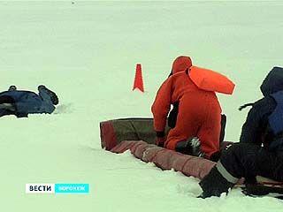 Сотрудники МЧС тренируются в спасении рыбаков