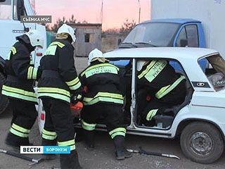 Спасатели готовятся вытаскивать раненых из машин зимой
