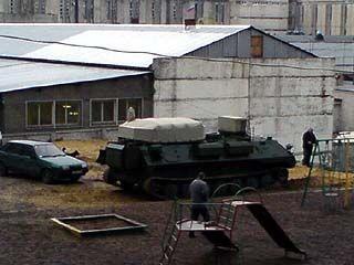 Среди белого дня на улицу Антокольского заехал бронированный тягач