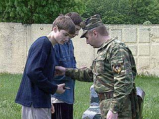 Старшеклассников учат основам безопасности и военным премудростям