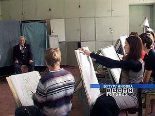 Студенты Бутурлиновского художественного училища рисуют ветеранов