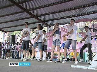 Свои танцевальные способности продемонстрировали команды 10-ти летних лагерей