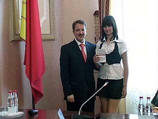 Свой первый паспорт в День России из рук губернатора получили школьники области