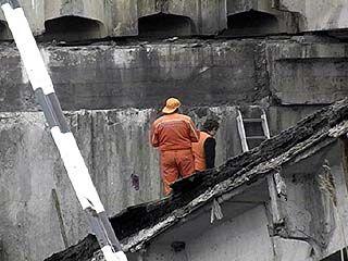 Связисты прикладывают все усилия к восстановлению линии над рухнувшим мостом
