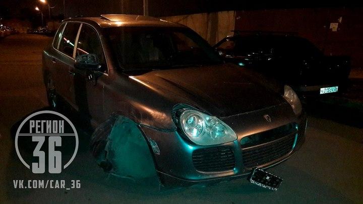 В Воронеже водитель Porsche снёс припаркованное авто: видео появилось в сети