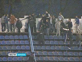 Тринадцать футбольных фанатов были задержаны полицейскими