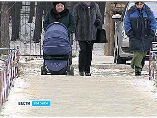 Тротуары покрылись льдом, но так и остались не посыпанными песком