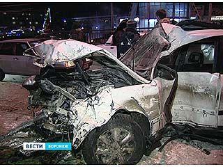 У автовокзала автомобили столкнулись из-за пешехода