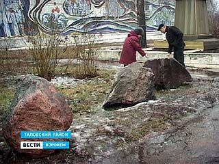 У здания института имени Докучаева недавно появились огромные камни