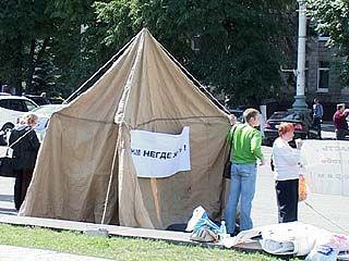 У здания областной администрации появилась туристическая палатка