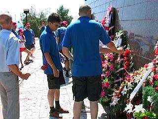 Участники автопробега возложили венки на Чижовском плацдарме
