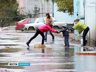 Улицу Хользунова затопило из-за прорыва одного из основных водоводов