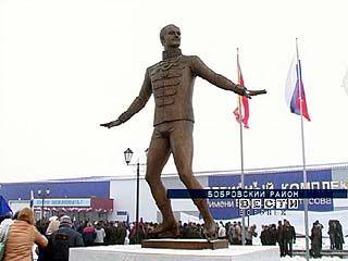 В Боброве появился памятник фигуристу Николаю Панину-Коломенкину