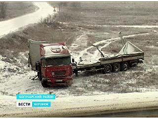 """В Богучарском районе на трассе М4 """"Дон"""" столкнулись несколько машин"""
