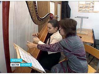 В Богучарской школе искусств девочек учат играть на арфе