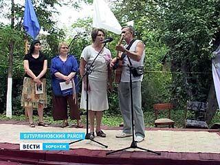 В Бутурлиновком районе в заброшенной усадьбе читали стихи и пели песни