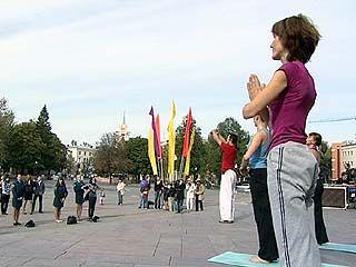 В День города Советская площадь превратилась в открытый класс йоги