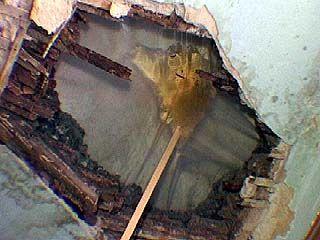 В доме жительницы Калачеевского района в любой момент может рухнуть потолок