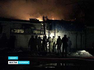 В Калаче сгорело кафе и частный дом, к которому оно было пристроено