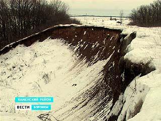 В Каменском районе единственная дорога может исчезнуть на дне оврага