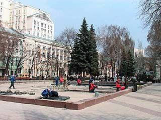 В Кольцовском сквере готовятся к новому сезону