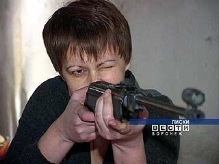 В Лисках чиновники соревновались в стрельбе из пневматической винтовки