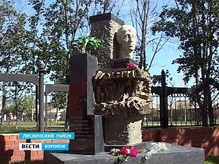 В Лисках открыли памятник местному поэту Александру Ромахову