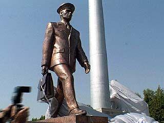 В Лисках открыли памятник железнодорожникам