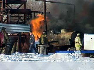 В Лисках пожарные более часа тушили цистерну с мазутом