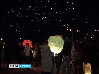 В небо над Воронежем запустили тысячи фонариков