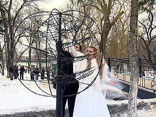 """В парке Авиастроителей появилось железное """"Дерево счастья"""""""