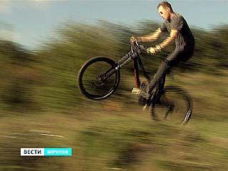 """В Парке """"Динамо"""" байкеры заново прокладывают тропу для велогонок"""