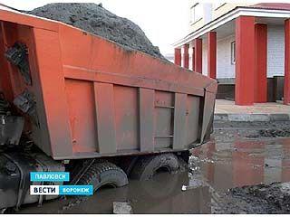 В Павловске на одной из стройплощадок КАМАЗ буквально провалился под землю