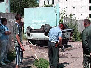 В переулке Здоровья перевернулся легковой автомобиль