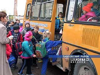 В поселок Лосево поступил третий школьный автобус