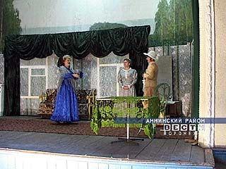 В посёлке Пугачи педагоги трудятся на театральных подмостках