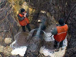 В районе улиц Димитрова и Рижской треснул чугунный водовод