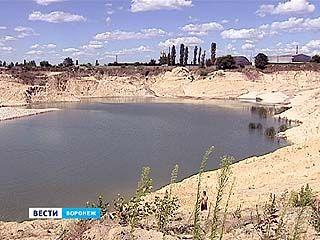 В районе улицы Землячки появилось озеро с удивительно голубой водой