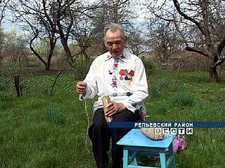В Репьевском районе живёт умелец, который плетёт лапти из конопли