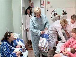 В роддоме ╧2 поздравили женщин, у которых малыши появились в День матери