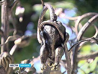 В саду Воронежской технологической академии открыли памятник - железное дерево с продуктами