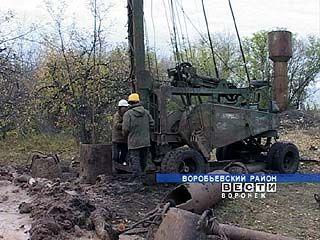 В селе Краснополье Воробьевского района начали бурить скважину