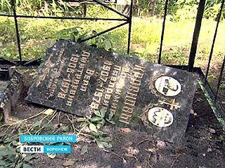 В селе Слобода Бобровского района вандалы разрушили более сорока могил