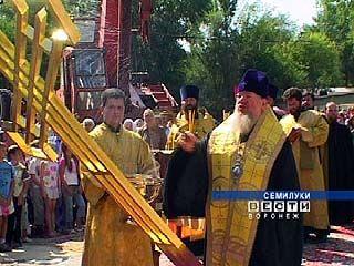 В Семилуках состоялось воздвижение креста на храм