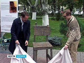 """В сквере за зданием регионального правительства появился стул """"против жлобства"""""""