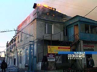 В Таловом сгорело двухэтажное нежилое здание