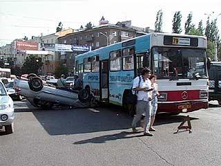 В центре Воронежа маршрутный автобус подмял под себя две легковые машины